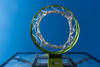 Баскетбольная корзина и небо